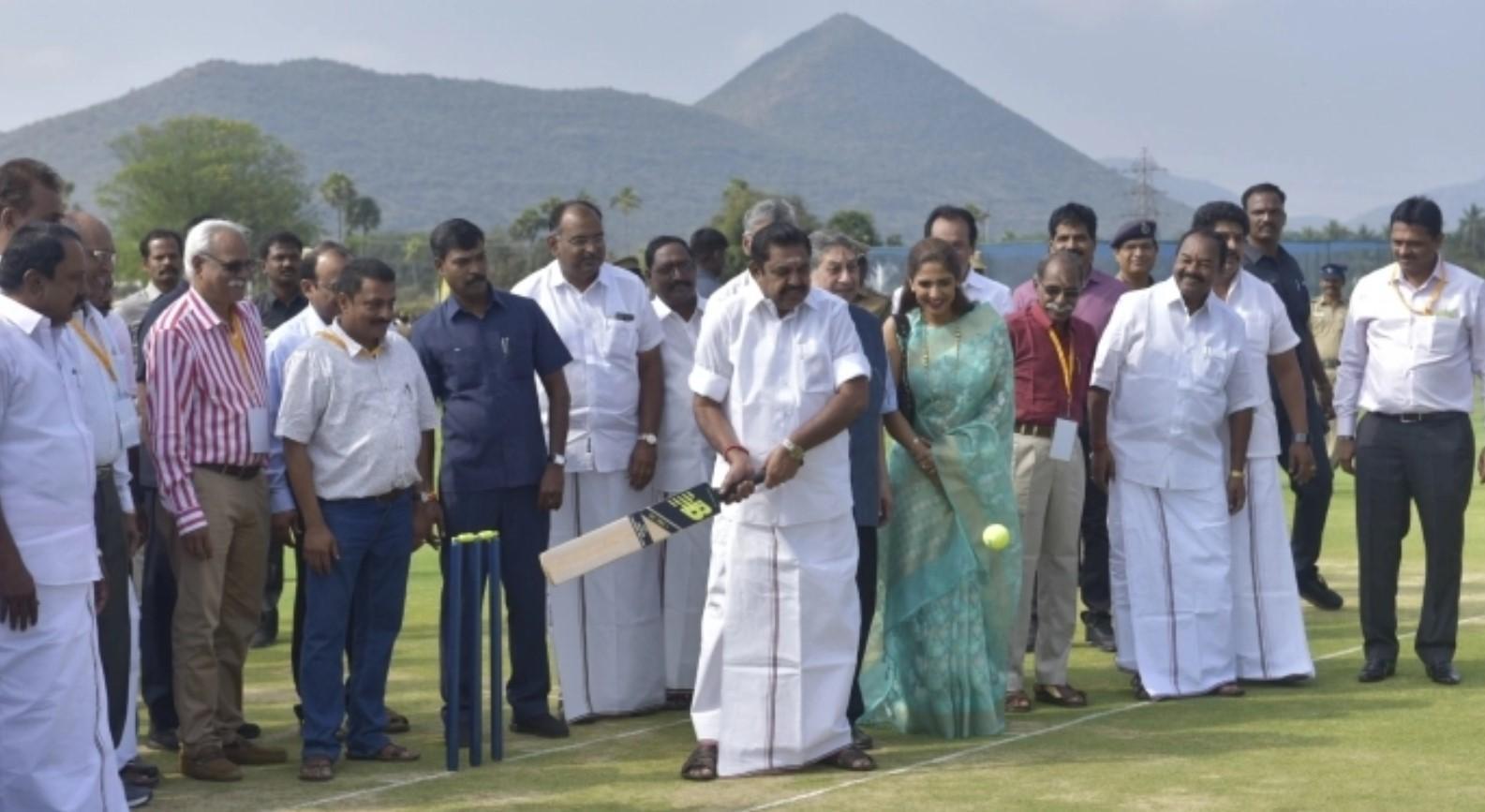 ராகுல் ட்ராவிட் வீசிய பந்துக்கு கிரிக்கெட் விளையாடிய  முதல்வர் இபிஎஸ்!