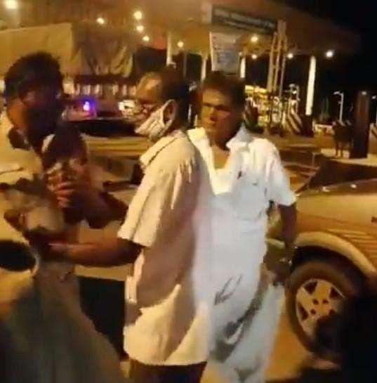 காவல்துறை அதிகாரிகளை எட்டி உதைத்த அதிமுக பிரமுகர்!!