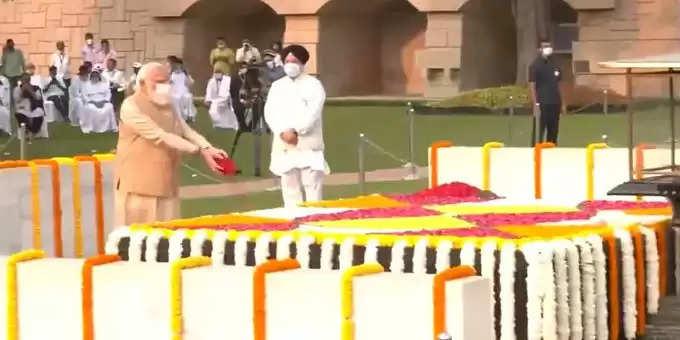 Modi-tributes-to-gandhi